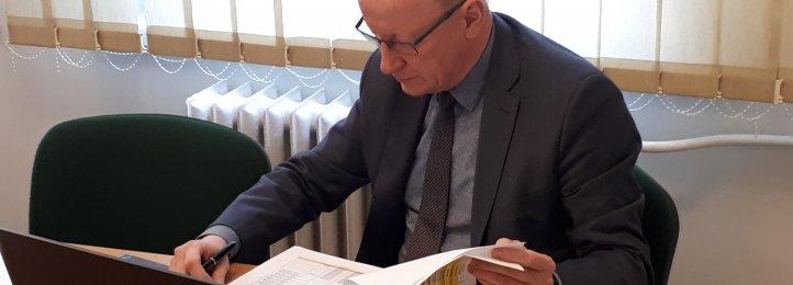 Dyrektor Krzysztof Kurowski w trakcie jednej z odbytych videokonferencji z samorządowcami powiatu krotoszyńskiego i wojewodą wielkopolskim
