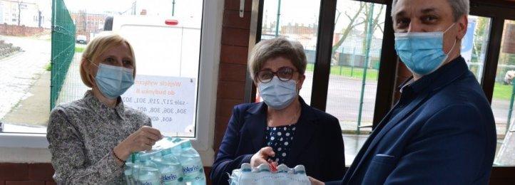 Młodzież i nauczyciele z Ceramy pomagają chorym na COVID-19